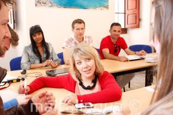 Преподаватель английского дает языковой курс в нашей школе на Мальте