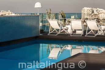Бассейн с баром на верхней террасе, Мальта