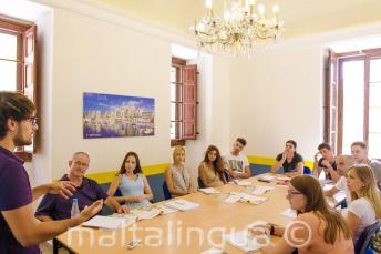 Преподаватель общается с классом студентов английского языка