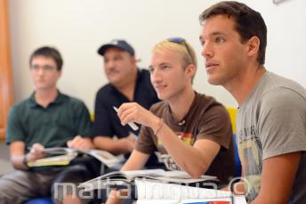 Студенты языковых курсов слушают в классе