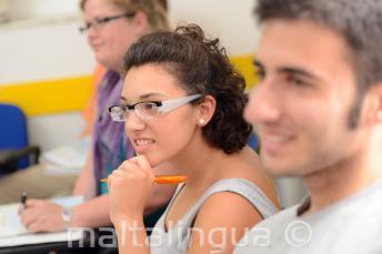 Студентка внимательно слушает