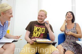 Студенты смеются и веселятся в классе