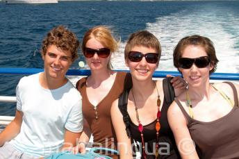 Семья наслаждается поездкой на яхте языковой школы