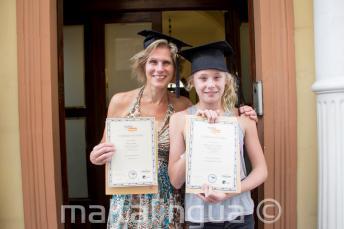 Мама и дочь, которые обе окончили языковой курс