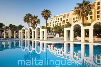 Открытый бассейн в Hilton в Сент-Джулиансе, Мальта