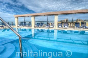 Бассейн на верхней террасе в отеле Alexandra, Мальта