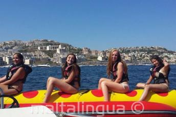 4 девочки на гонке на лодке-банане