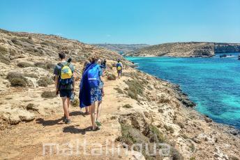Студенты английского языка прогуливаются около Голубой Лагуны