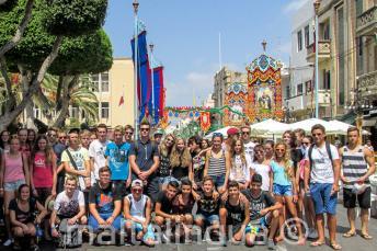 Юные студенты языковой школы на празднике на Мальте