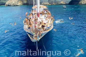 Студенты английского в поездке на яхте по Мальте готовятся прыгать в море