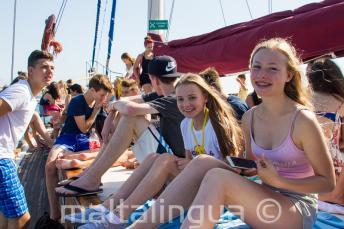 Юные студенты наслаждаются школьной поездкой