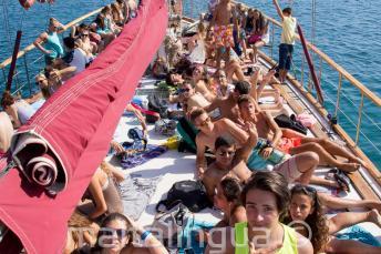 Студенты загорают на палубе яхты