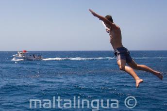 Студент прыгает звездочкой с яхты