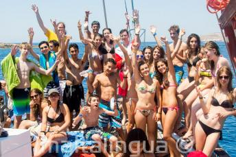 Группа юных студентов языковой школы в поездке на яхте