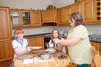 Студенты ужинают со своей принимающей семьей