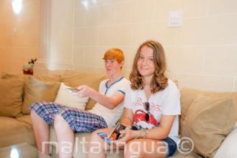 Студенты сидят на диване в принимающей семье