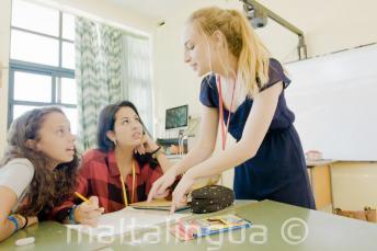 Преподаватель объясняет материал на английском языке 2 студента