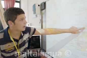 Студент указывает на карту в классе
