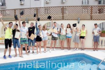 Юные студенты английского языка получают свои сертификаты курса