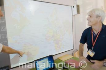 Преподаватель английского языка смотрит на доску