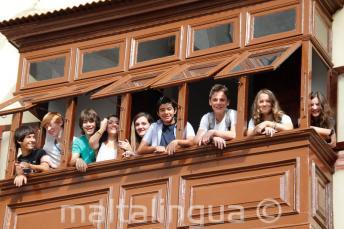 Студенты подростки на балконе школы