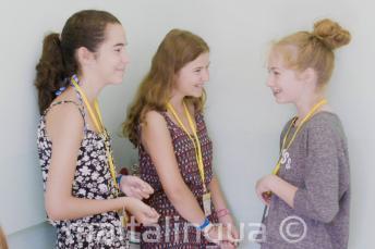Студенты детской программы общаются в детской школе