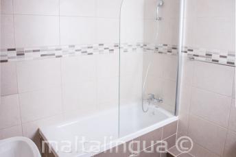 Ванная в школьных апартаментах в Сент-Джулиансе