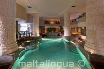 Закрытый бассейн и Spa в отеле в Сент-Джулиансе, Мальта