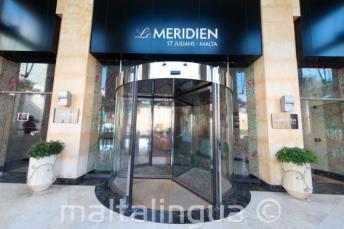 Вращающаяся входная дверь в отеле Le Meridien в Сент-Джулиансе