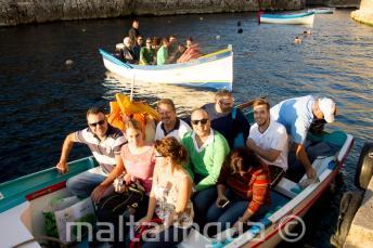 Студенты готовы к туру на лодке к Голубому Гроту