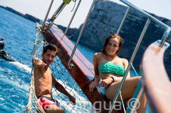 2 студента отдыхают на палубе яхты в Комино, Мальта