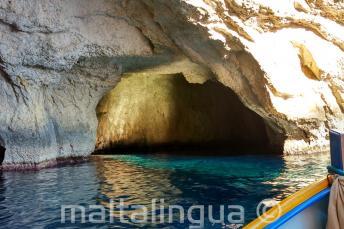 Внутри пещеры в Голубом Гроте