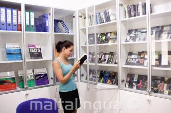 Беслатное пользование книгами и DVD в библиотеке школы
