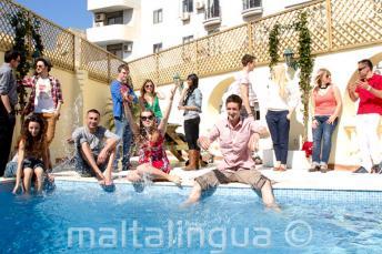 Студенты языковых курсов освежаются в бассейне школы