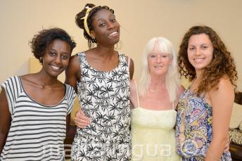 Студенты языковой школы позируют вместе с их принимающей семьей