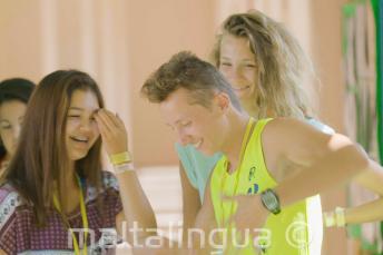 Студенты смеются и танцуют во время перемены