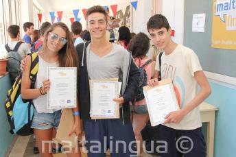 3 студента с их сертификатами об окончании курса
