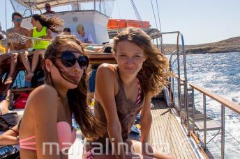 2 девочки подростка в поездке на яхте