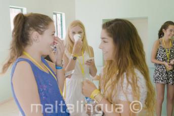 2 студентки английского языка общаются в школе