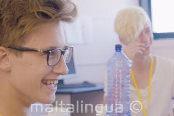 2 студента веселятся в классе