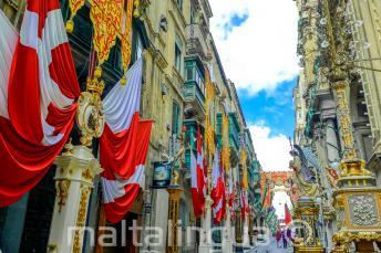 Улица в Валлетте, Мальта, украшенная флагами