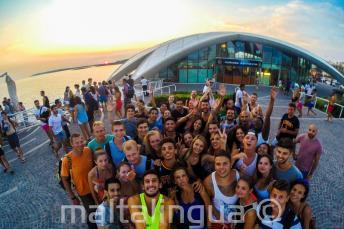 Студенты языковой школы идут на вечеринку в Cafe del Mar