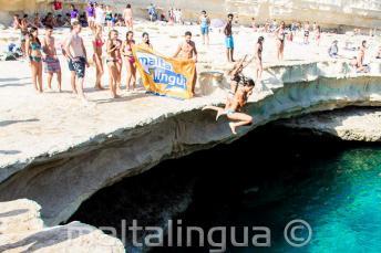 Студенты Языковой Школы Мальталингва ныряют в Бассейн St Peter's