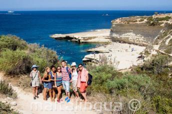 Студенты посещают Бассейн St Peter's, Мальта