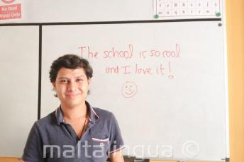 Студент курса английского, который написал хороший отзыв на доске