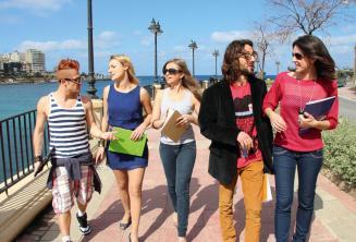 Студенты практикуют английский после уроков возле Сент-Джулианс Бэй, Мальта