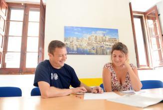 Преподаватель дает индивидуальный курс в нашей школе на Мальте