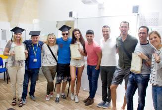 Студенты языковой школы с сертификатами об окончании курсов
