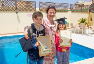 Мама со своими 2 детьми, которые оба окончили языковой курс
