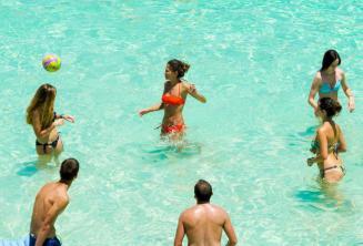Юные студенты школы играют в водный воллейбол в Голубой Лагуне, Мальта